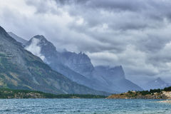 Stürmisches Wetter und bewölkter Himmel nahe dem See Stockbild