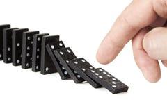 Stürzen einer Reihe der Dominostücke Lizenzfreie Stockfotos