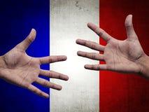 Stütz- und Hilfemensch überreicht Frankreich-Flagge Stockfoto