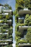 Stützbare Architektur, grünes Gebäude mit Los Anlagen auf Balkon lizenzfreie stockfotos