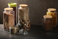 Stützbares Lebensstilkonzept, nullabfall, Getreide und Beas im Glas, eco freundlich, freie Plastikeinzelteile stockfotografie