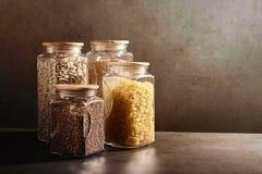 Stützbares Lebensstilkonzept, nullabfall, Getreide und Beas im Glas, eco freundlich, freie Plastikeinzelteile lizenzfreies stockfoto