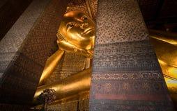 Stützende Buddha-Goldstatue Wat Pho, Bangkok, Thailand Lizenzfreies Stockfoto