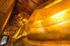 Stützende Buddha-Goldstatue Wat Pho, Bangkok, Thailand Stockfotos