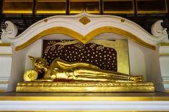 Stützende Buddha-Statue in einem Tempel Lizenzfreies Stockfoto