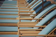 Stützende Weidenwagenaufenthaltsraumstühle lizenzfreies stockbild