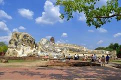 Stützender Buddha bei Wat Lokkayasutharam stockfoto
