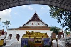 Stützender Buddha bei Wat Phra Thaen Dong Rang Worawihan Lizenzfreie Stockbilder