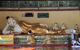 Stützender Buddha an Shwedagon-Pagode Stockbild