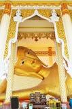 Stützender Buddha und Schnitzen der thailändischen Art des Engels bei Wat Ras Prakorngthum Nonthaburi Thailand Stockbild