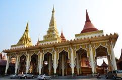 Stützender Buddha und Schnitzen der thailändischen Art des Engels bei Wat Ras Prakorngthum Nonthaburi Thailand Stockbilder