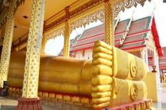 Stützender Buddha und Schnitzen der thailändischen Art des Engels bei Wat Ras Prakorngthum Nonthaburi Thailand Stockfotos