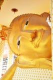 Stützender Buddha und Schnitzen der thailändischen Art des Engels bei Wat Ras Prakorngthum Nonthaburi Thailand Lizenzfreies Stockbild