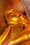 Stützender Buddha in Wat Pho Bangkok, Thailand stockbild