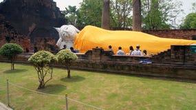Stützender Buddha in Yai Chaya MongKol Ayuthaya Thailand Stockfoto
