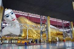 Stützendes Buddha Bild Chauk Htat Gyi an Pagode Kyauk Htat Gyi in Rangun, Birma Lizenzfreies Stockfoto