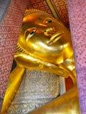 Stützendes Buddha-Goldstatuegesicht Tempel des stützenden Buddhas (Wat Pho), in Bangkok, Thailand Lizenzfreie Stockbilder