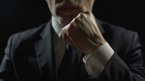 Stützenkinn des ernsten Mannes mit den Händen, aufmerksames Hören, Entscheidung betrachtend stock footage