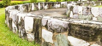 Stützmauer im Garten. Stockfotos