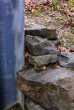 Stützmauer mit Staplungsfelsen Stockfotografie