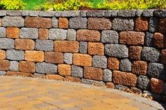 Stützmauer und Patio Stockfoto