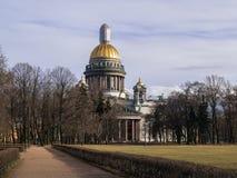 St以撒` s大教堂在早期的春天在4月在一温暖的天 库存照片