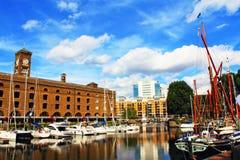 St凯瑟琳` s船坞小游艇船坞夏日视图伦敦英国 免版税库存图片