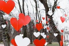 St华伦泰装饰在公园 红色和白色手工制造心脏 库存图片