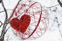 St华伦泰装饰在公园 红色和白色手工制造心脏 免版税库存照片