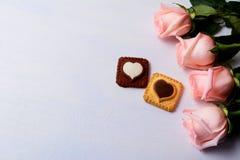 St华伦泰` s与玫瑰、香草和巧克力的天背景 库存照片
