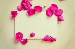 St华伦泰` s天招呼的文本的空白模板与笔记和玫瑰花瓣 库存图片
