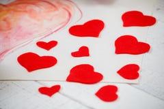 St华伦泰` s天:红色和白色颜色对比  标志纯净的爱 从毛毡的心脏 免版税库存照片