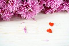 St华伦泰` s日 红色心脏和菊花 免版税库存照片