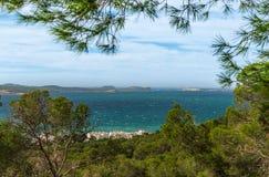 从St安东尼de Portmany,伊维萨岛的小山侧视图,到拜雷阿尔斯海里在一个晴天在11月,著名遥远的Conejera海岛 免版税图库摄影