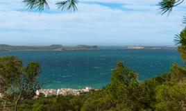 从St安东尼de Portmany,伊维萨岛的小山侧视图,到拜雷阿尔斯海里在一个晴天在11月,著名遥远的Conejera海岛 库存照片