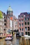 St尼克拉斯教会和Zeedijk香奈儿在春天安置阿姆斯特丹 免版税库存图片