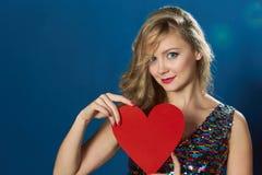 St情人节妇女蓝色背景红色心脏 库存图片