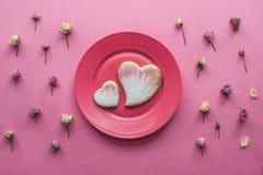 St情人节平的位置用给上釉的心形的曲奇饼 免版税库存图片