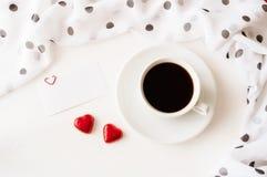 St情人节背景-咖啡、空白的爱卡片和两个心形的糖果 免版税库存图片