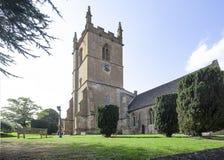 St爱德华兹垫木教区教堂在黄木樨草 免版税库存照片