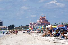 St皮特海滩,佛罗里达, 2018年4月:人们享受一个晴天在圣皮特海滩,佛罗里达 免版税库存照片