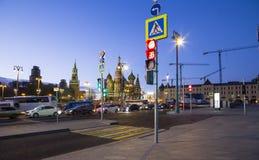 St蓬蒿大教堂在晚上--从新的Zaryadye公园,在红场附近的都市公园的看法位于莫斯科,俄罗斯 库存照片