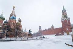 St蓬蒿寺庙和克里姆林宫Spasskaya塔在暴风雪期间的 免版税图库摄影