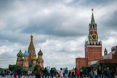 St蓬蒿的大教堂和Spasskaya在红场的Bashnya在莫斯科,俄罗斯 免版税库存照片