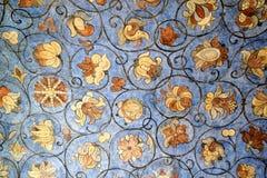 St蓬蒿的花饰有蓝色背景 免版税库存图片