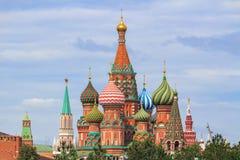 St蓬蒿红场的` s大教堂反对克里姆林宫在一个多云夏日 免版税库存图片