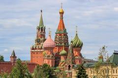 St蓬蒿红场的` s大教堂反对克里姆林宫Spasskaya塔多云天空背景的夏日 库存图片