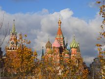 St蓬蒿` s克里姆林宫的大教堂和Spasskaya塔红场的在莫斯科 免版税库存照片