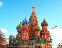 St蓬蒿` s大教堂和纪念碑对米宁和Pozharsky在红场在莫斯科,俄罗斯 图库摄影