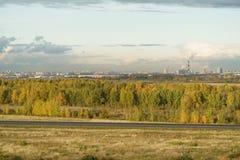 St,彼得斯堡,俄罗斯- 2017年10月07日:用能源厂观看在圣彼得堡的工业部分的fom小山 库存照片
